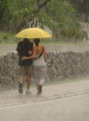 pár esernyő alatt